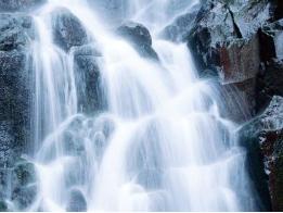 做梦梦到自己站在瀑布前,预示着什么?是好还是不好? 自然,瀑布