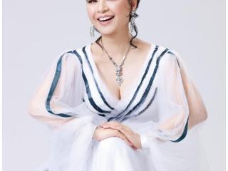 她是国家一级演员殷秀梅,二婚嫁老外21年重获幸福生活!