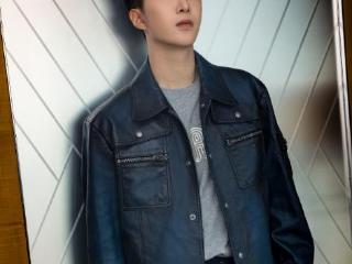 范丞丞又获邀代言时尚品牌,穿蓝色皮制夹克现身活动