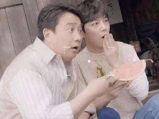 《向往的生活》定档,黄磊何炅搞笑合影,中年身材走样更出众