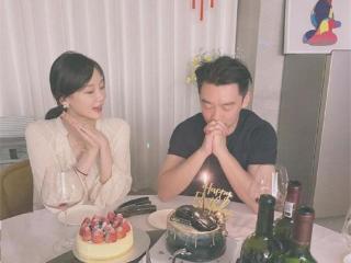 郑凯透露下半年将补办婚礼,正在为妻子苗苗挑选婚纱。 郑凯
