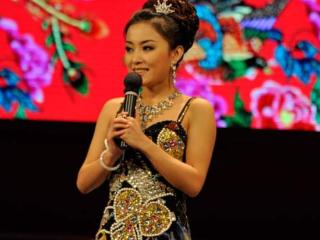 赵本山徒弟王小虎妻子,结婚12年补办婚礼,今30岁依然像18 赵本山