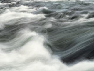 我为什么会梦到有一条河流但是水流得特别急,这是什么意思? 西方解梦,急流,梦到急流里游泳