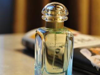 我为什么会做梦闻到了香水味,还在别人衣服上洒香水? 梦的百科,香水,梦到闻到香水味