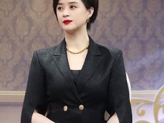 《欢天喜地七仙女》蒋欣现身,黑色西服套装气场全开,难掩高级感 蒋欣