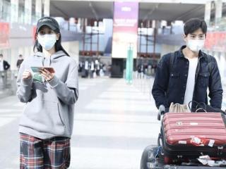 张峻宁海陆连续两次同框,两人默契分工,一个玩手机一个推行李 张峻宁
