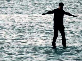 我为什么会梦到自己在水中行走,最后还掉下去了? 梦的百科,水,梦到在水中行走