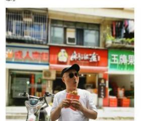 喜剧大师陈佩斯坐路边吃饼,背后竟然是一家成人商店 陈佩斯