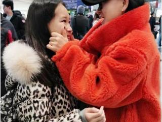 赵文卓一家三口现机场,12岁女儿长高不少,张丹露这身阔气 赵文卓