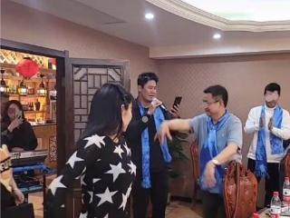秋瓷炫老公于晓光饭局高歌,美女在一旁伴舞,家中厨房像酒店后厨 于晓光