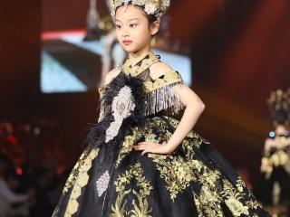 李小璐少儿时尚走秀,甜馨首次登台走秀,网友:让我没办法不联想 甜馨