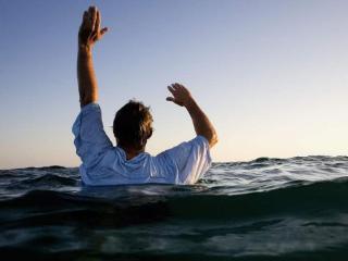 做梦梦到自己掉到了水里,这个梦境到底好不好 梦的百科,梦到落水,男性梦到落水