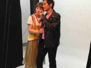 57岁齐秦和33岁老婆上节目, 看起像父女, 在现场拥抱亲吻 齐秦