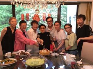 姜大卫夫妇为白雪仙庆祝93岁生日 夫妻俩甜蜜互搂很有夫妻相 白雪仙