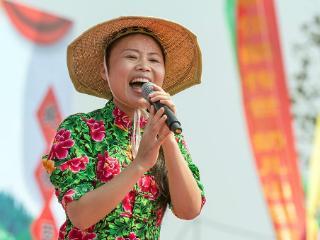 草帽姐负面新闻缠身,出场费20万,网友:最假的草根歌手 草帽姐