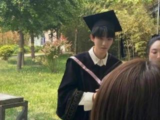 王俊凯和同学拍毕业照,穿学士服戴学士帽 王俊凯