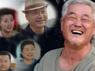 《刘老根4》杀青照中,郑爽梳着中分,手捧鲜花,笑容很甜 刘老根4
