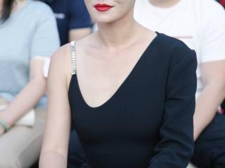 谭卓身着设计感小黑裙优雅飒气 红唇浓郁发型利落 谭卓