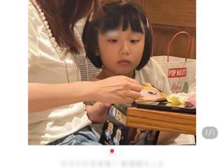 50岁洪欣素颜曝光,眼部色斑明显,独自带女儿仍不见张丹峰 洪欣