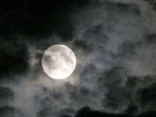 梦见月亮被云遮住是什么意思?梦见月亮被云遮住是什么预兆? 自然,梦见月亮被云遮住,男人梦见月亮被云遮住
