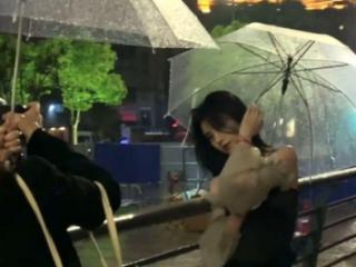 下雨天鞠婧祎出门在外,不料碰见流浪猫,生图暴露了女明星的真实 活动,鞠婧祎,鞠婧祎下雨天生图,女明星生图唯美