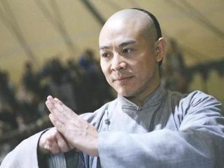 在他上学期间,他被教练吴彬看中,便开始学习武术 李连杰
