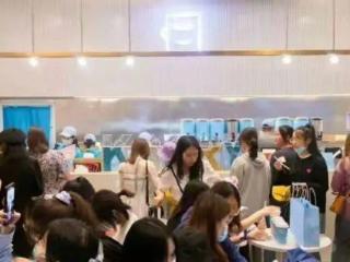 有网友反映王俊凯父母在重庆开的奶茶店倒闭了?! 有网友反映