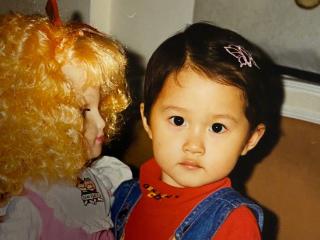 23岁关晓彤小时候照片曝光,大眼睛尖下巴,网友:像洋娃娃一样 关晓彤