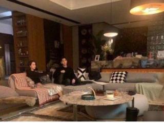 《你是我的荣耀》杨洋迪丽热巴客厅路透,两人坐在沙发上气氛满满 电视,你是我的荣耀,你是我的荣耀迪丽热巴,迪丽热巴与杨洋合作