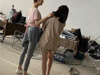 38岁蒋欣减肥成功,穿粉色瑜伽服站在工作人员旁的长腿又细又直 蒋欣