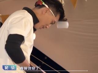 窦骁被烫伤,吴奇隆的反应非常热烈,他的处理经验非常实用! 窦骁