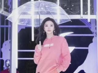 新生代果然有点作!景甜范丞丞参加活动打伞,却让小孩儿淋雨! 景甜