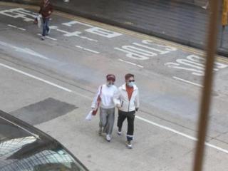 谢霆锋69岁老妈罕露面!和二婚丈夫街头如胶似漆 谢霆锋