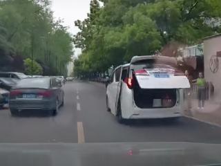 女网友驾驶记录视频曝光,贾玲对视频车主挥手很有礼貌 贾玲