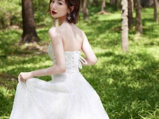 毛晓彤穿白色纱裙出席活动,笑容大方甜美,宛如林中精灵 毛晓彤