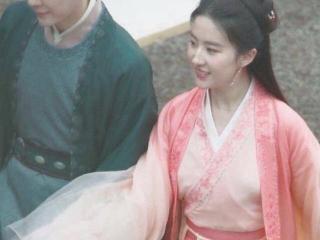 刘亦菲穿蓝色长裙亮相拾光盛典,宛如公主一般让人心动 刘亦菲
