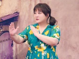 贾玲武汉拍新剧近照,体重至少200斤,网友误以为是洪金宝 贾玲