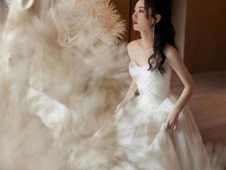 白色真是太适合赵丽颖了,白裙活动照仙气十足 活动,赵丽颖活动照,赵丽颖的穿搭,赵丽颖的身材