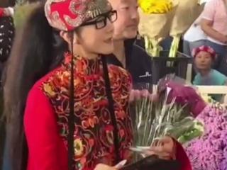62岁杨丽萍逛花市被偶遇,身材纤细气质独特 杨丽萍