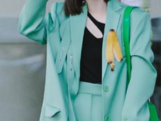戚薇绿色西装搭配香蕉皮胸针装饰,显得十分俏皮可爱 活动,戚薇绿色西装穿搭,戚薇私服照曝光,戚薇气质