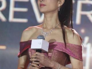 李若彤55岁了还敢挑战洛丽塔造型,网友:这腰围认真的吗? 李若彤
