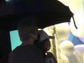 周扬青疑似曝光新恋情,与神秘男子在雨中同撑一把伞 周扬青