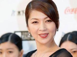日本女星饭岛直子被曝丑闻,老公被曝当街吻小三,坐实出轨 饭岛直子