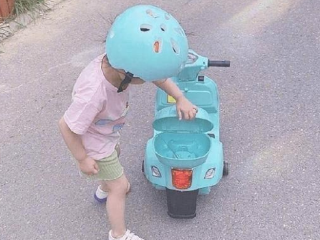 孙怡晒出女儿骑车照片,网友们都被可爱到了 动态,孙怡的动态,孙怡晒女儿照片,孙怡董子健的女儿