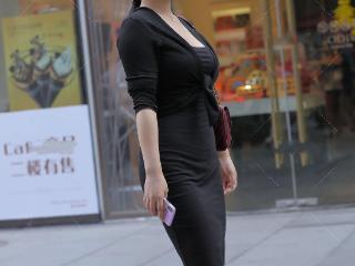 不知道穿什么衣服显成熟?黑色连衣裙凸显成熟稳重 黑色连衣裙