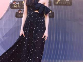 刘浩存出席2021微博电影之夜,身着一袭2018秋冬高定黑色长裙 刘浩存