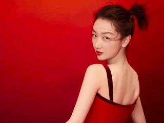 周冬雨出席上海电影节红毯,使用滤镜逃不过网友的眼睛 周冬雨