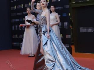 《我心飞扬》上海电影节开幕,周冬雨红毯造型成熟风路线 周冬雨