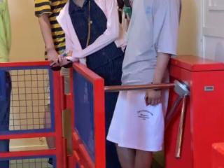 包贝尔带两位美女同游迪士尼,却没有看到包文婧跟随 包文婧