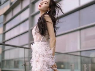 迪丽热巴穿吊带镂空白色羽毛长裙,收获众多网友的夸赞! 迪丽热巴